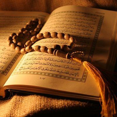Kabe İmamlarını Taklit ederek Kuran okuyor Video'yu görmek için Tıkla